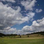 Een wolkenlucht boven de heuvels