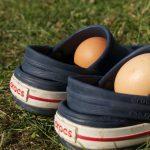Blauwe crocs sandalen met eieren er in