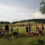Kampeergasten maken een kampvuur op Farm Camp Lazy Slowakije