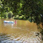 Een riviertje met een rubberbootje erop