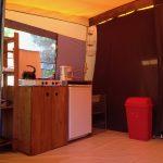 Interieur van een huurtent met een eenvoudig keukenblok