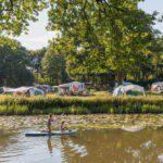 Kamperen aan de rivier bij Camping Huttopia de Roos