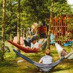 Tal van hangmatten in de bomen op Camping BuitenLand