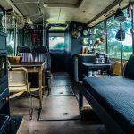 Het interieur van een ouderwetse lijndienstbus, nu hip en klaar om te logeren.