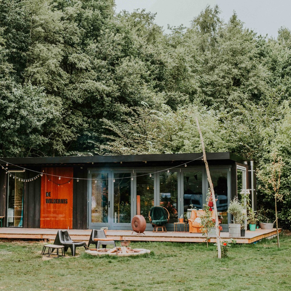 Een zelfgemaakte accommodatie op Camping BuitenLand, gemaakt van containers en openslaande deurn