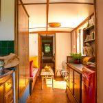 De woonwagen op Camping BuitenLand aan de binnenkant, met de keuken in de voorgrond.
