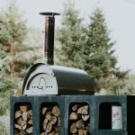 Een houtgestookte pizza oven op het terrein van Camping BuitenLand
