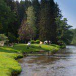 tentjes op het groene gras aan de rivier.