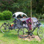 Twee fietsen bij een koepeltentje