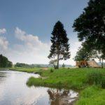 Een tent met luifel aan de over van de rivier.