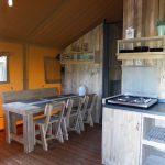 Safaritent met stoere steigerhouten meubels