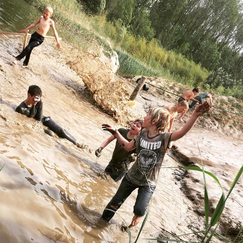 Een moddervijver met spelende kinderen