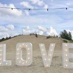 Grote witte letters met lampen er in, het woord LOVE