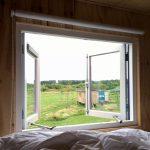 Openstaande ramen met uitzicht op een kampeerveld van Netl