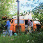 Kampeerbusje op het kampeerterrein van Netl de Wildste Tuin
