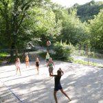 Volleybalveld met spelende jongeren op de camping