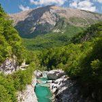 Een rivier in de bergen, helderblauw water