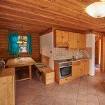 Interieur van een houten chalet. Houten keuken, houten zithoek