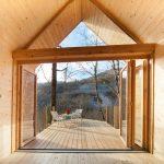 Uitzicht vanuit een Tiny House naar buiten, een grote glazen gevel kan helemaal open