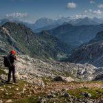 Een wandelaar met rugzak in de bergen van Slovenië