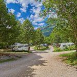 Campingterrein met campers en caravans in de bergen van Slovenië