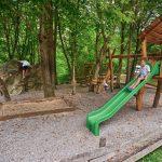 Speelplaats met speelhuisje, glijbaan en klimwand bij Kamp Koren