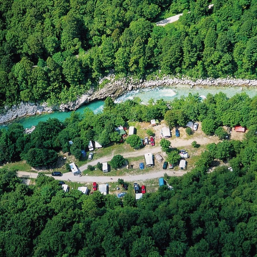 Kamperen aan de oevers van een rivier in Slovenie