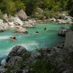 Kanoën en raften op een helderblauwe rivier in Slovenië