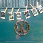 Voorkant van een VW T2 busje met een slinger van polaroid foto's