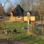 Een houten huisje met skelters ervoor