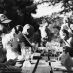 Samen eten aan lange tafels