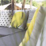 Loungebank in een safaritent bij Camping Sempreverde in Le Marche, Italië