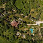 Casale il Sogno van bovenaf gezien. Omringd door groen.