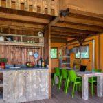 De houten keuken en zespersoons eettafel.