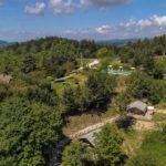 Drone view van de camping, gelegen in het groen.
