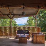 Een zitje op de ruime houten veranda met prachtig uitzicht