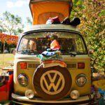 Een lichtgroen oud Volkswagenbusje frontaal gefotografeerd.