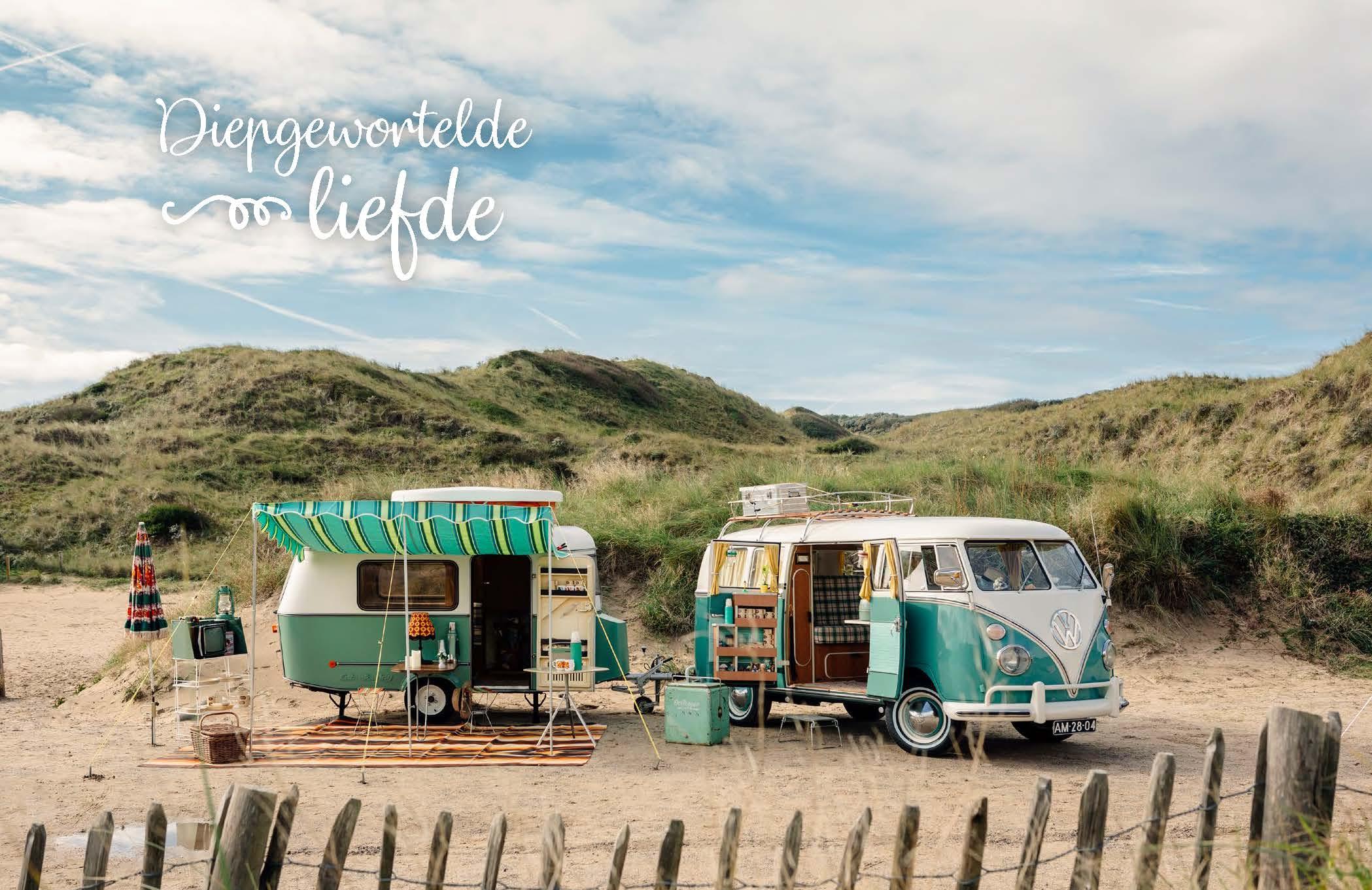 In de duinen staat een mintgroen Volkswagenbusje met perfect bijpassende caravan