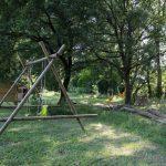 Schommeltoestel en hangmatten in de bomen bij Camping Sempreverde
