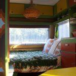 Oranje, wit en groen interieur van een retro caravan