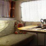 Retro interieur van een oude caravan