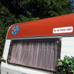 Kip de Rode Haan, een van de vintage caravans van Tralaluna