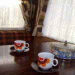 Vintage interieur van een caravan, met retro koffiekopjes en een ouderwetse koektrommel