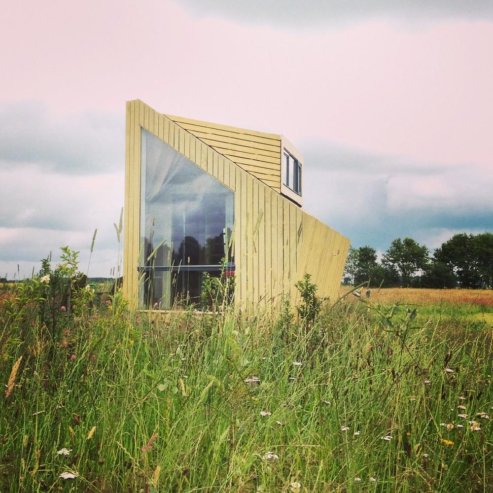 Moderne trekkershut in het gras bij Natuurkampeerterrein de Voscheheugte