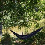 Een hangmat onder de bomen op Camping 3Etangs