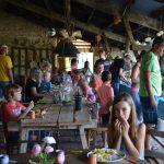 Lange tafels met gasten en kinderen, samen eten en genieten