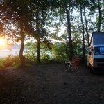 Met de camper aan de rand van het bos