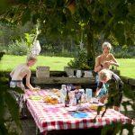 Een gedekte tafel op de camping