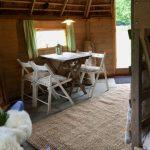 Het interieur van een Finse Kota met houten tafel en stoeltjes