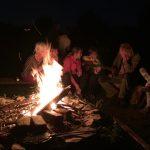 Brandend vuur met een kring van kinderen
